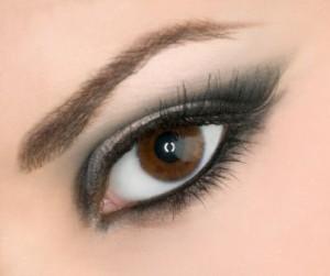 به آسانی در منزل چشمانتان را آرایش کنید