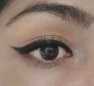 اموزش تصویری کشیدن خط چشم دخترانه