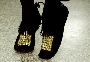 تزئین کفش با مهره های طلایی