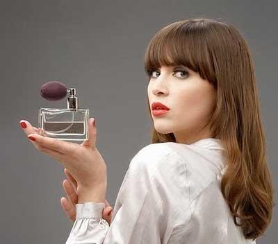 ۸ ترفند عطر زدن زنان
