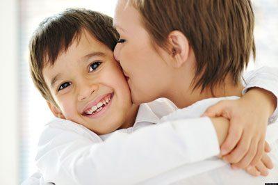 رشد کودک با نوازشها، بوسهها و محبتها